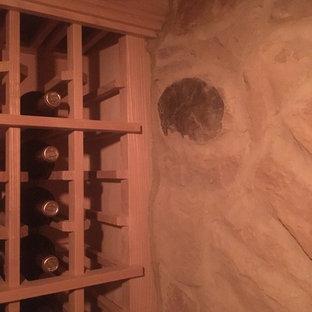 Ejemplo de bodega tradicional, grande, con suelo de cemento, botelleros y suelo gris
