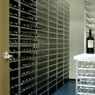 Réalisation d'une cave à vin minimaliste de taille moyenne avec un sol en linoléum et des casiers.