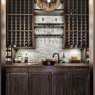 Inspiration för klassiska vinkällare, med mörkt trägolv