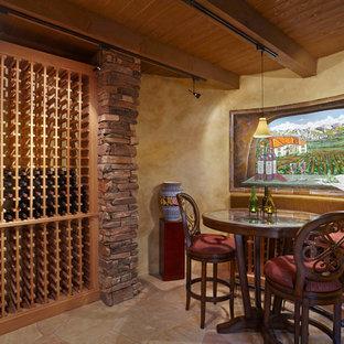 フェニックスの地中海スタイルのおしゃれなワインセラー (ワインラック、ベージュの床) の写真