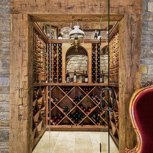 Idéer för små rustika vinkällare, med klinkergolv i keramik, vinhyllor och beiget golv