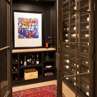 Aménagement d'une cave à vin classique de taille moyenne avec un présentoir et un sol beige.