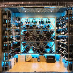 Idées déco pour une grand cave à vin industrielle avec un sol en bois clair, des casiers losange et un sol marron.