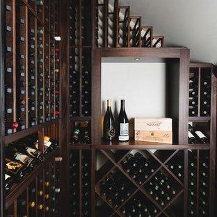 Klassisk inredning av en vinkällare, med vinställ med diagonal vinförvaring