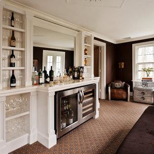 Inspiration pour une cave à vin traditionnelle avec moquette et un sol marron.