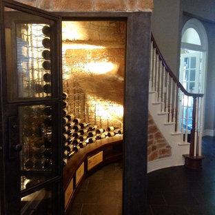 Inspiration pour une petit cave à vin design avec des casiers, un sol en bois foncé et un sol marron.
