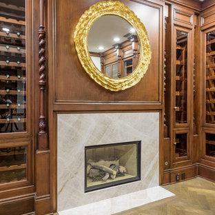 Imagen de bodega clásica, grande, con suelo de madera clara, vitrinas expositoras y suelo marrón