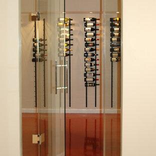 Cette photo montre une petit cave à vin tendance avec un présentoir.