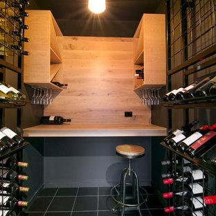 Exemple d'une petit cave à vin industrielle avec un sol en carrelage de céramique et des casiers.