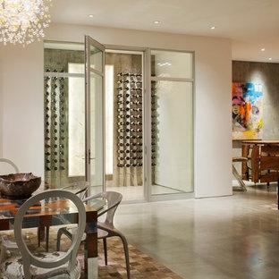 Cette image montre une cave à vin design avec béton au sol et des casiers.