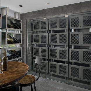 Esempio di una cantina contemporanea di medie dimensioni con rastrelliere portabottiglie, pavimento in legno verniciato e pavimento grigio