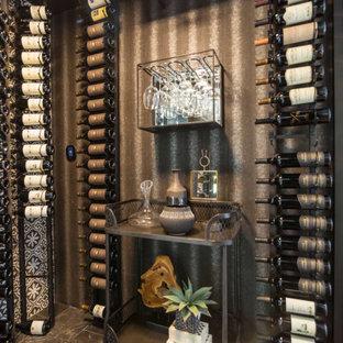 Imagen de bodega contemporánea, pequeña, con suelo de baldosas de porcelana, vitrinas expositoras y suelo negro
