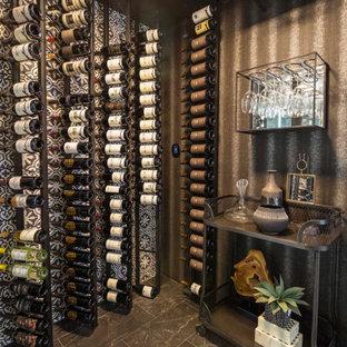 Foto de bodega contemporánea, pequeña, con suelo de baldosas de porcelana, vitrinas expositoras y suelo negro