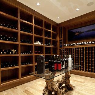 Diseño de bodega contemporánea con suelo de madera clara, botelleros y suelo beige