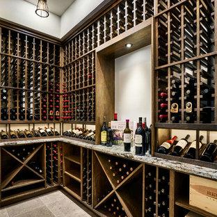 Foto på en mellanstor lantlig vinkällare, med travertin golv, vinhyllor och beiget golv
