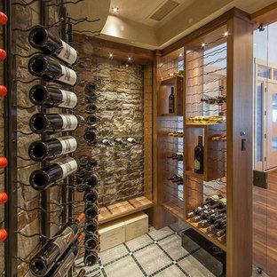 Cette photo montre une grand cave à vin tendance avec béton au sol, un sol multicolore et un présentoir.