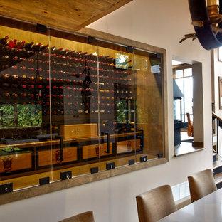 Foto de bodega minimalista, de tamaño medio, con vitrinas expositoras