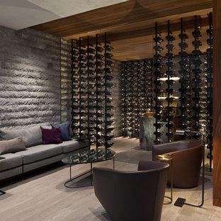 Diseño de bodega contemporánea con botelleros, suelo de madera en tonos medios y suelo marrón