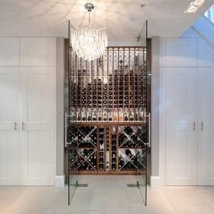 Cette image montre une petit cave à vin design avec des casiers.
