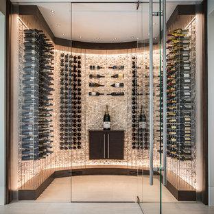 Idéer för en liten modern vinkällare, med vindisplay