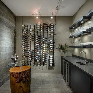 Modern inredning av en vinkällare, med betonggolv och grått golv