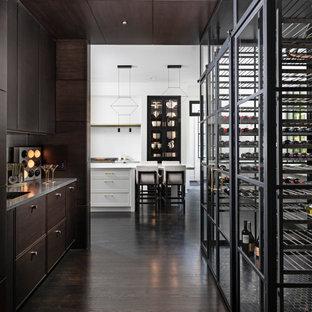 Réalisation d'une grand cave à vin design avec des casiers, un sol en carrelage de porcelaine et un sol noir.