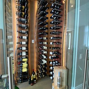 Exempel på en mellanstor modern vinkällare, med ljust trägolv, vindisplay och brunt golv
