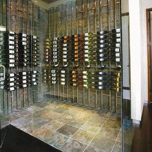 Ispirazione per una cantina minimal di medie dimensioni con pavimento in ardesia e rastrelliere portabottiglie