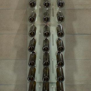 Imagen de bodega actual, de tamaño medio, con vitrinas expositoras, suelo de madera pintada y suelo marrón