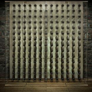 Cette image montre une cave à vin design de taille moyenne avec un présentoir, un sol en bois peint et un sol marron.
