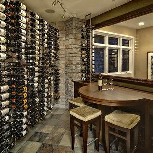 Idéer för en klassisk vinkällare, med vindisplay och flerfärgat golv