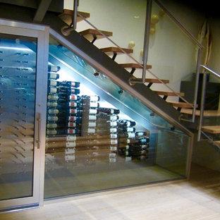Idée de décoration pour une petit cave à vin design avec un sol en bambou, des casiers et un sol beige.