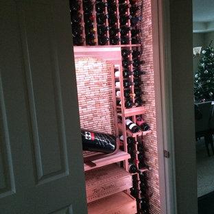 Bild på en liten funkis vinkällare, med vinhyllor