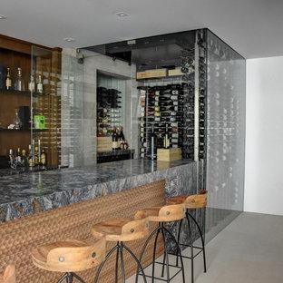 Immagine di una cantina moderna di medie dimensioni con pavimento con piastrelle in ceramica, portabottiglie a vista e pavimento beige