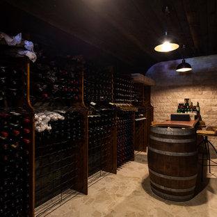 Foto på en medelhavsstil vinkällare, med skiffergolv och vinhyllor