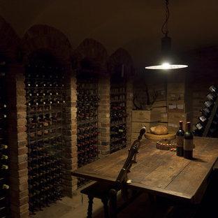 Idéer för en mycket stor klassisk vinkällare, med klinkergolv i terrakotta och vinhyllor