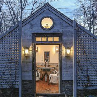 Foto de bodega de estilo de casa de campo con suelo de madera clara y botelleros
