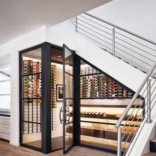 Cette image montre une cave à vin design avec un présentoir et un sol beige.