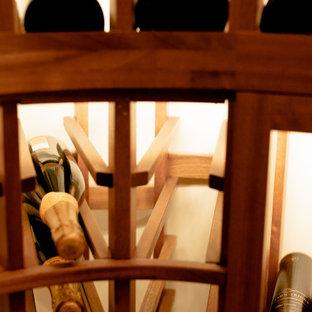 Inspiration pour une cave à vin traditionnelle de taille moyenne avec un sol en bois brun, des casiers et un sol marron.