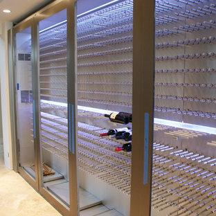 Réalisation d'une cave à vin minimaliste de taille moyenne.