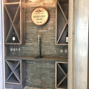 Foto de bodega contemporánea, pequeña, con suelo de mármol, botelleros y suelo gris