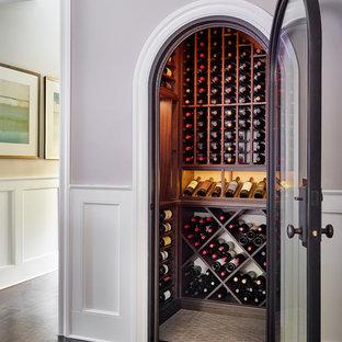 Inspiration pour une petit cave à vin traditionnelle avec des casiers.