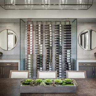 Cette photo montre une cave à vin tendance de taille moyenne avec un présentoir.