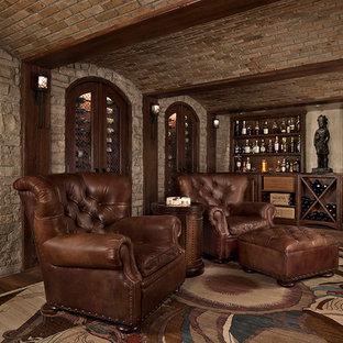 Modelo de bodega clásica, grande, con suelo de madera oscura, vitrinas expositoras y suelo marrón