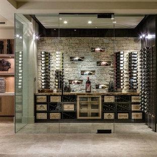 Idée de décoration pour une cave à vin design avec un sol gris.