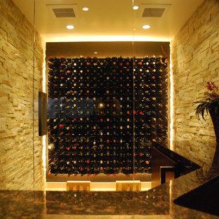 Idée de décoration pour une grand cave à vin minimaliste avec un sol en travertin et un présentoir.