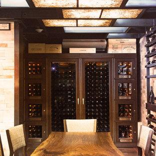Modern inredning av en stor vinkällare, med tegelgolv, vinhyllor och rött golv