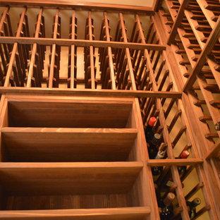 Idée de décoration pour une cave à vin champêtre de taille moyenne avec un présentoir.