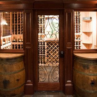 ニューヨークの中サイズのエクレクティックスタイルのおしゃれなワインセラー (ディスプレイラック) の写真