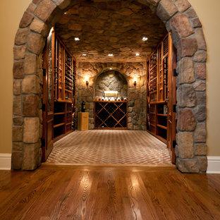 Idéer för att renovera en stor funkis vinkällare, med tegelgolv och vinhyllor